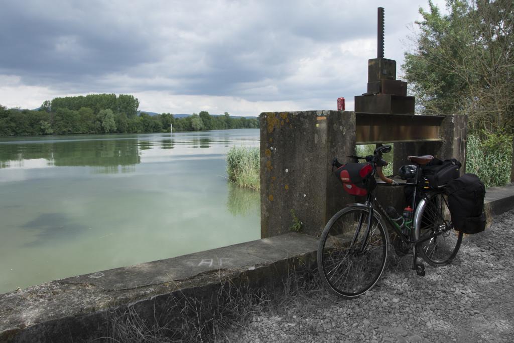 Tauolla joen varressa Ranskassa