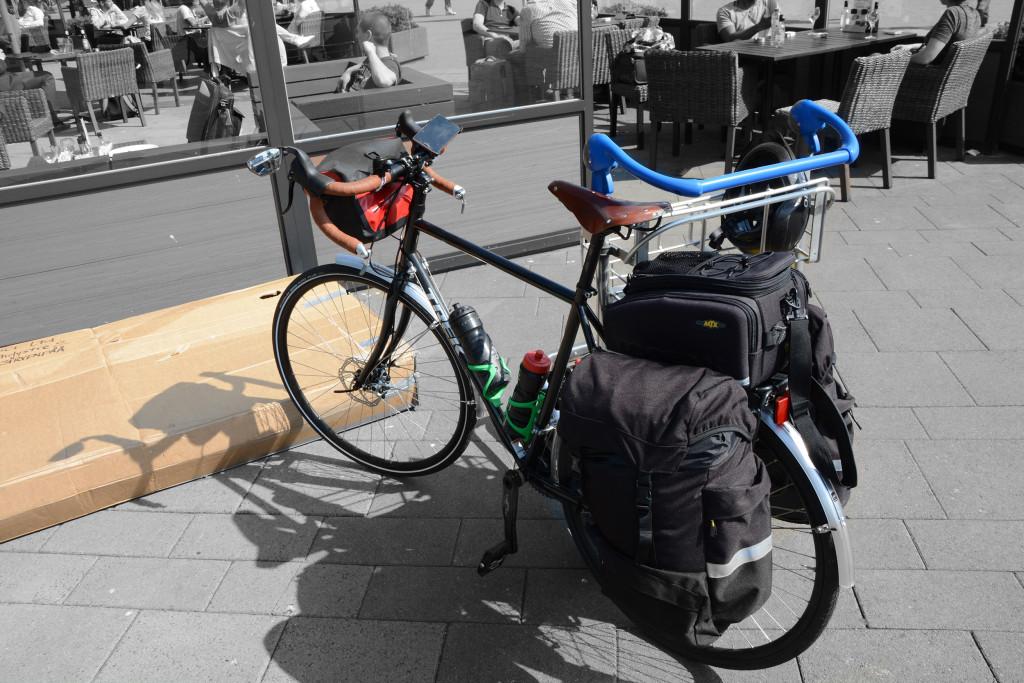 Amsterdamin lentokenttä, pyörä valmiina matkaan.